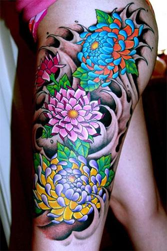 tatuaje de flor en la pierna