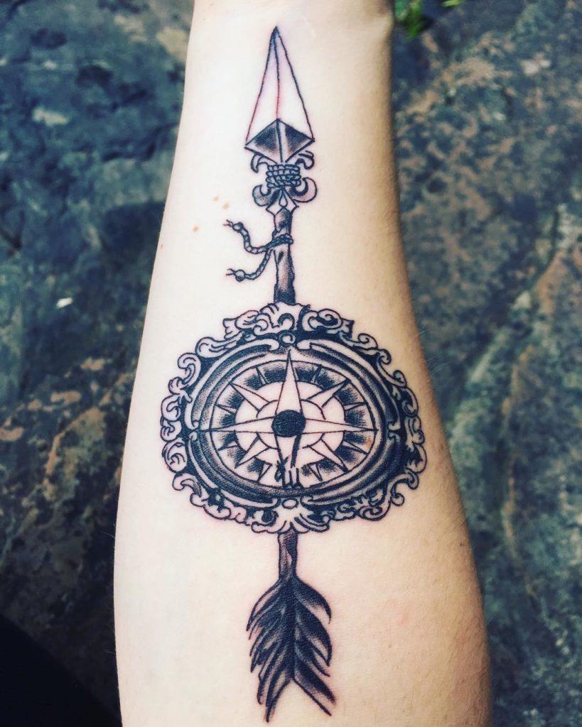Tatuaje de Brujula con una flecha