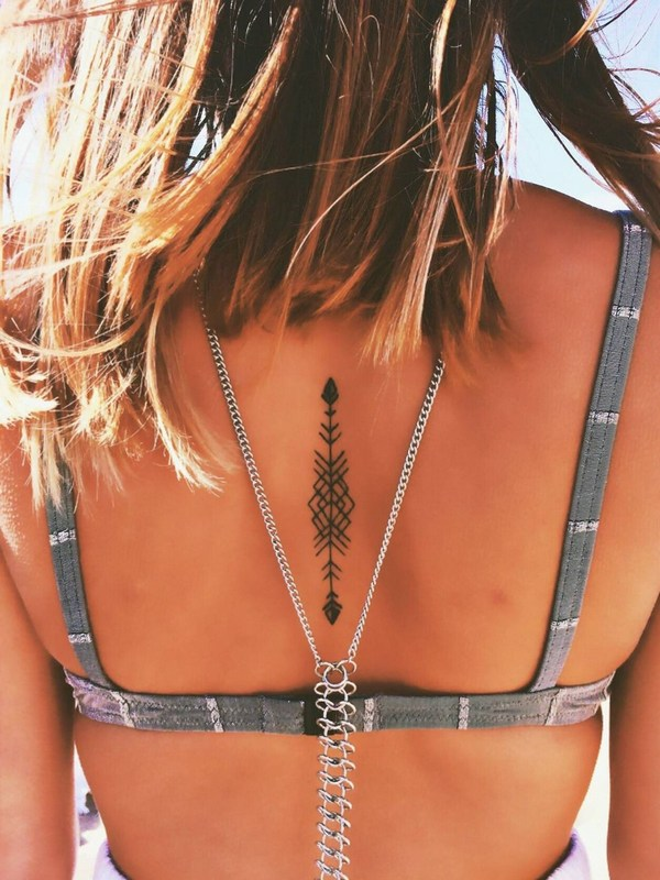 Tatuaje de Flecha en la Espalda