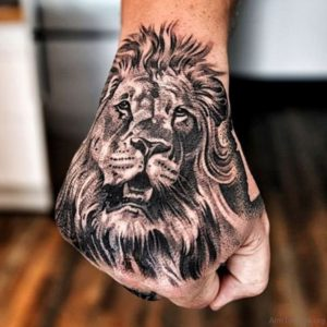 Tatuaje de León en la Mano