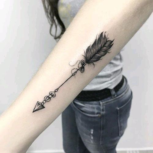 tatuaje de flecha en el brazo para mujer