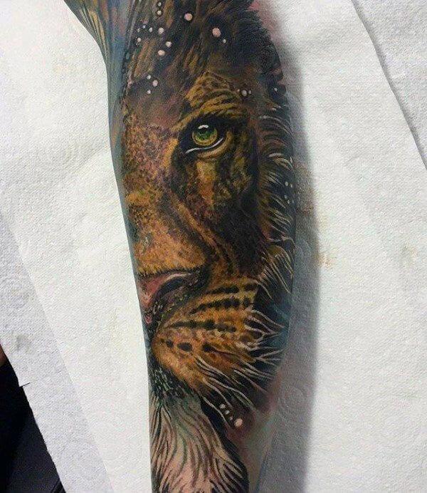 tatuaje de leon en el brazo realista