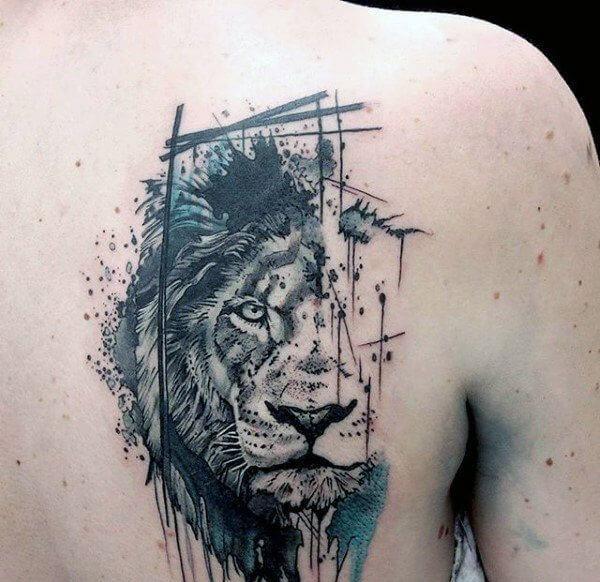 tatuaje de leon en el omoplato