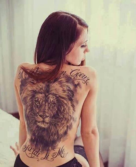 tatuaje de leon en la espalda mujer