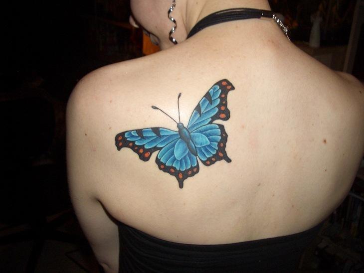 tatuaje de mariposa azul en la espalda