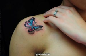 tatuaje de mariposa en el hombro