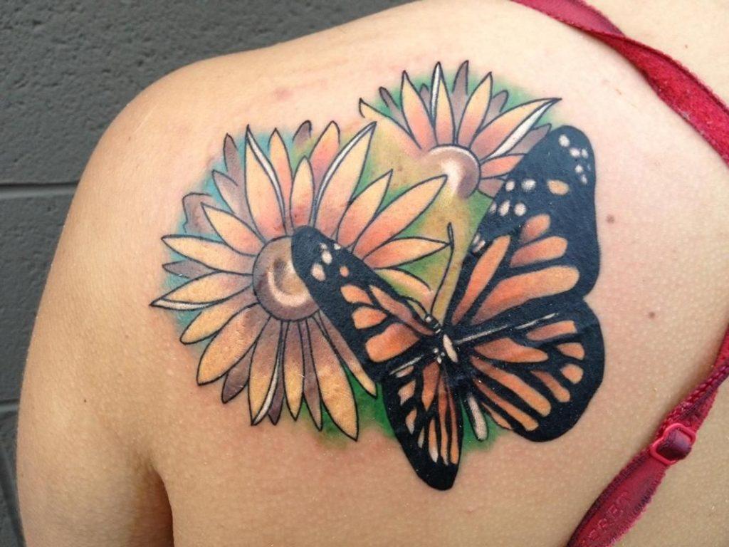 tatuaje de mariposa y flores