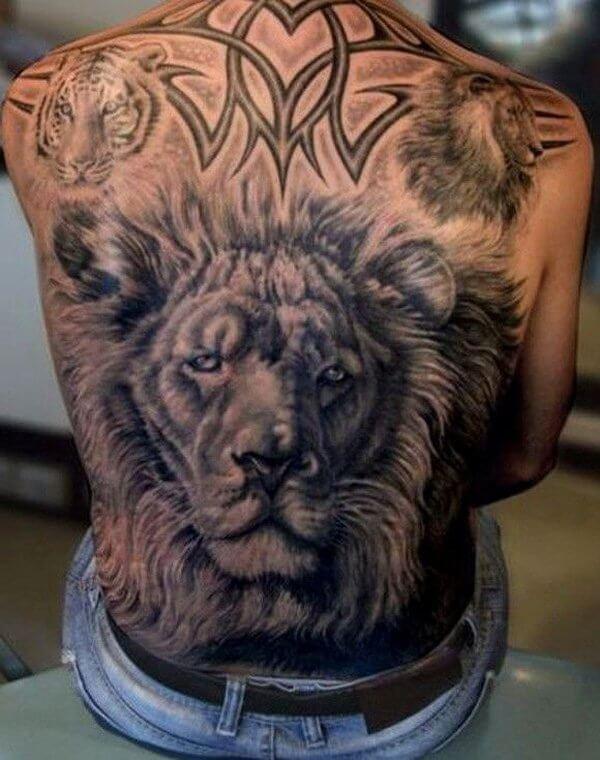 tatuaje grande de leon en la espalda