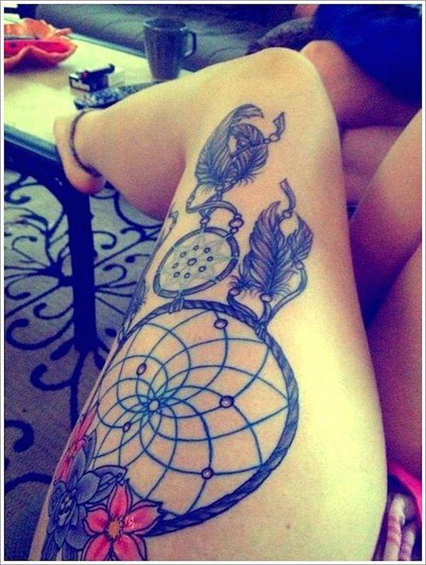 atrapa sueños tatuado en la pierna