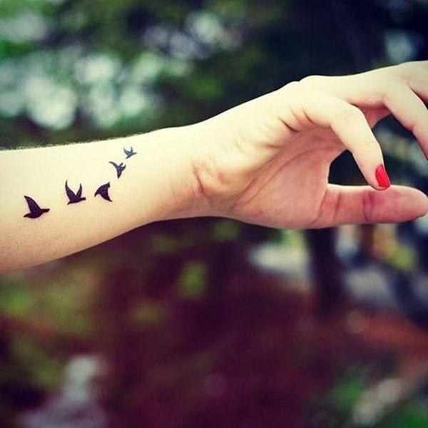aves tatuadas en la muñeca