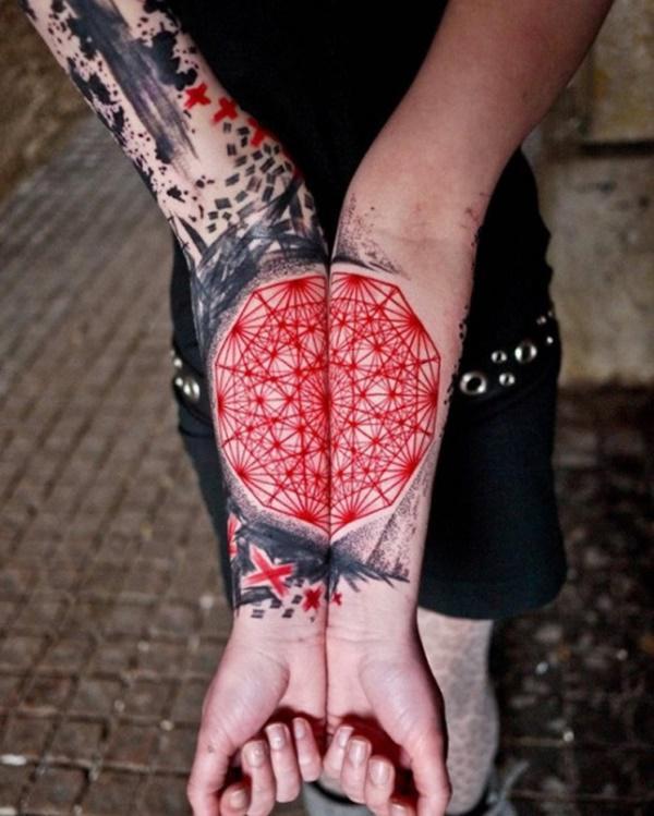 decagono tatuaje en los brazos