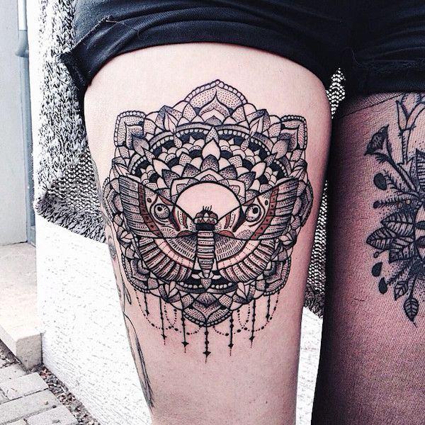 libelula y mandala tatuaje en el muslo