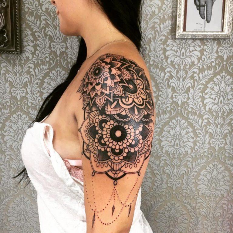 mejores tatuajes en el hombro para mujeres