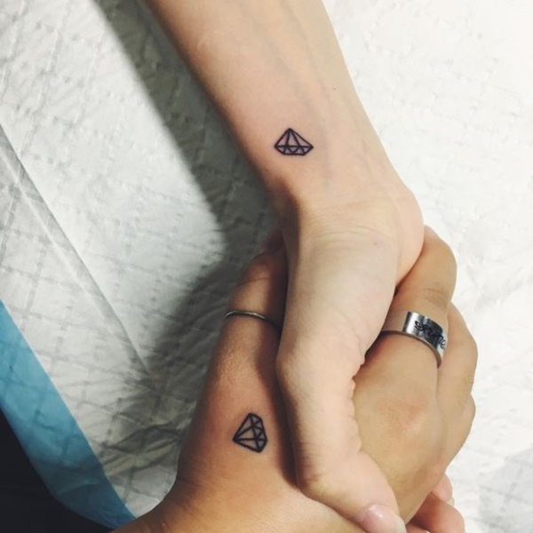 pequeño tatuaje de diamante para parejas o novios