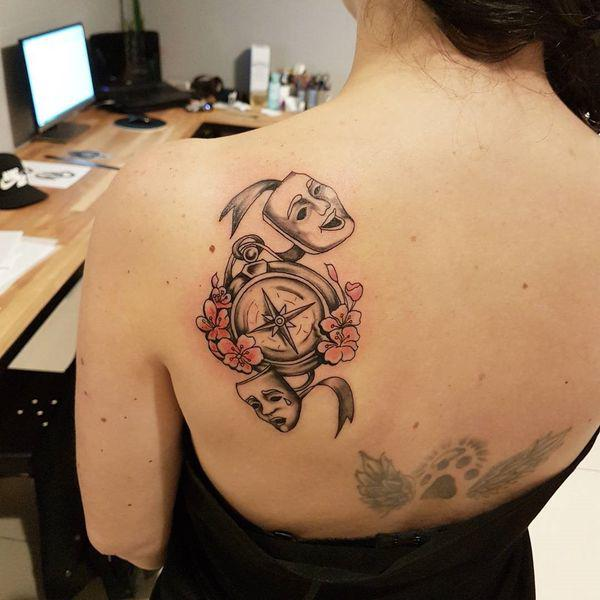simbolismo de tatuajes de brujulas para mujeres