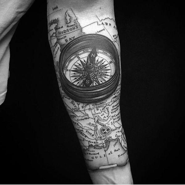 tattoo de brujula 3d en el brazo hombre