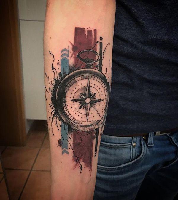 tattoo de brujula antigua de mano en el brazo acuarela