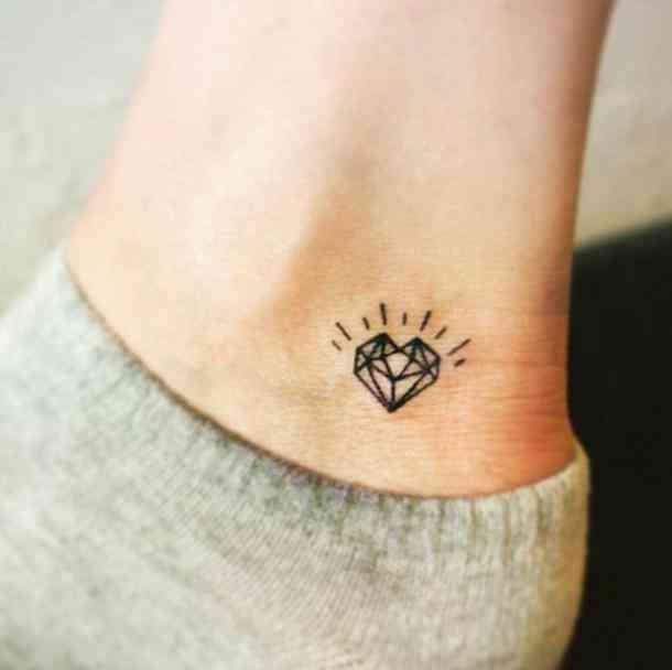 tattoo de diamante en el tobillo para mujer