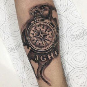 Tatuajes de Brujula en el Brazo