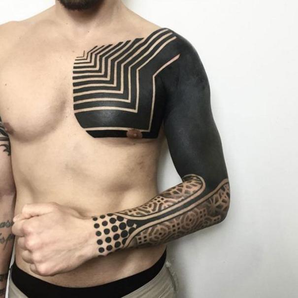 tatuaje black out para el hombro hombre