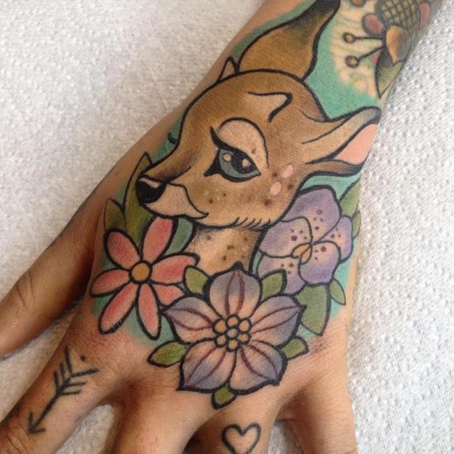 tatuaje de bambi en la mano