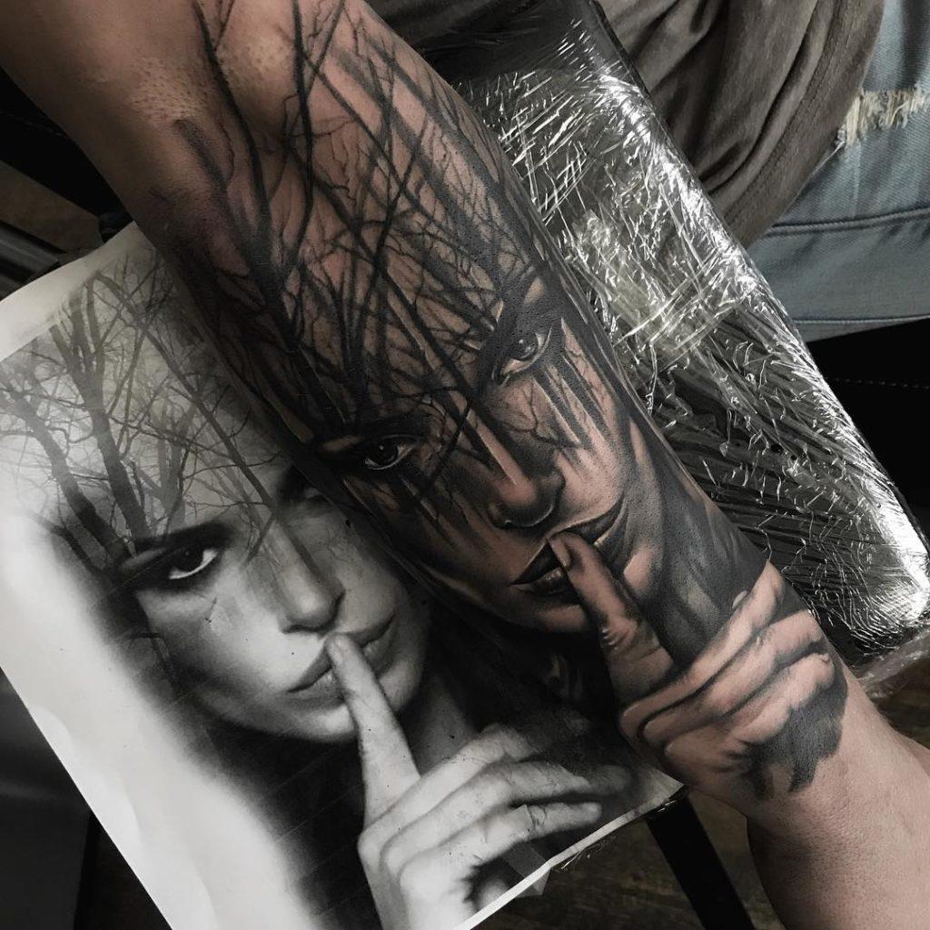 tatuaje de bosque blanco y negro