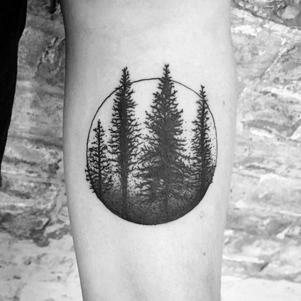 tatuaje de bosque en circulo