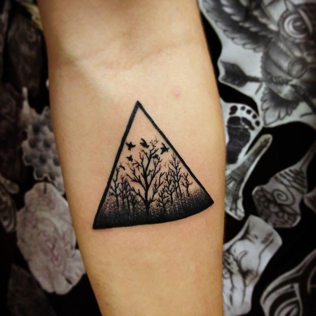tatuaje de bosque en triangulo