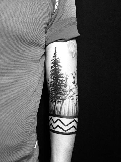 tatuaje de bosque y brazalete
