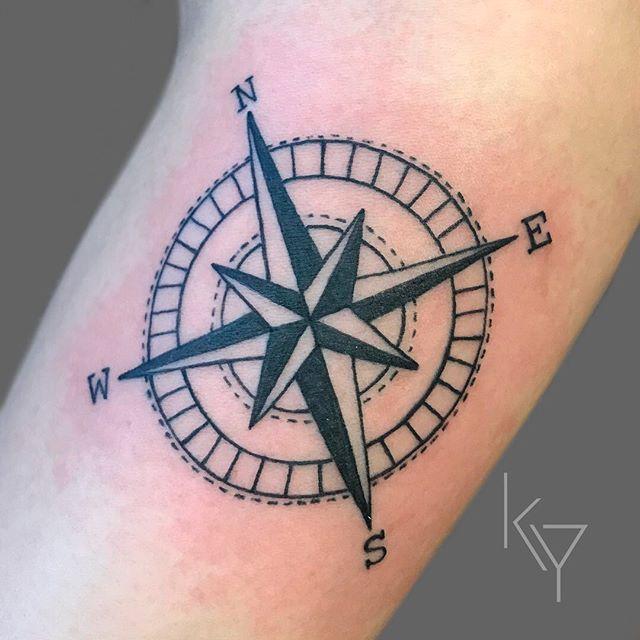 tatuaje de brújula con puntos cardinales
