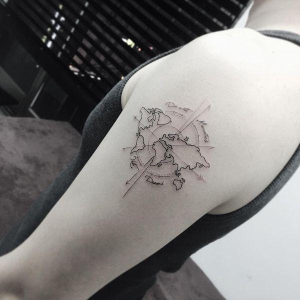 tatuaje de brujula minimalista mujer