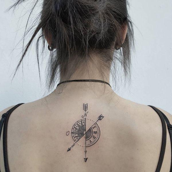 tatuaje de brujula y reloj mujer