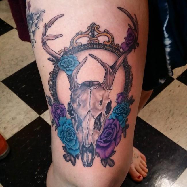 tatuaje de craneo de ciervo con rosas