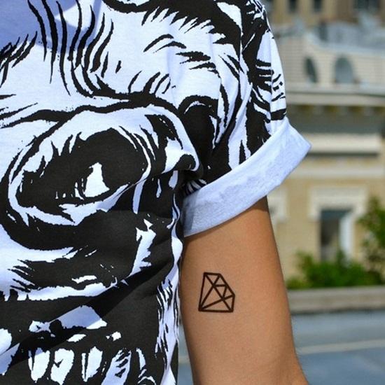 tatuaje de diamante en el bicep