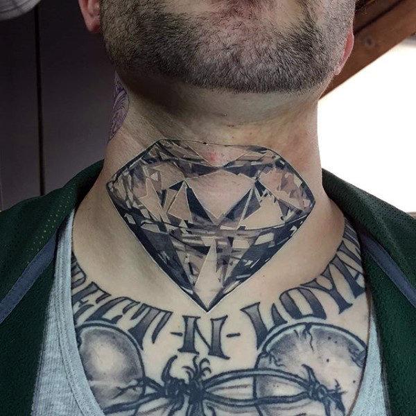 tatuaje de diamantes en el cuello