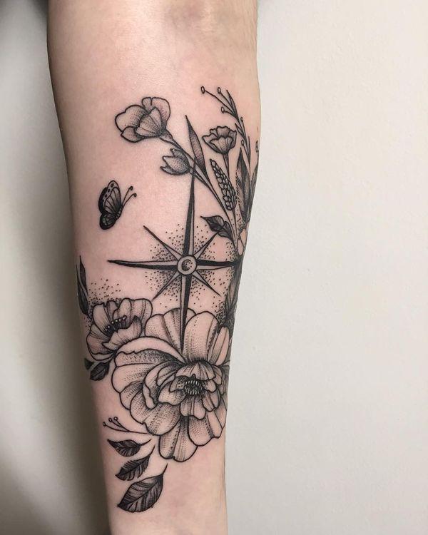 tatuaje de estrella brujula y flor de lis