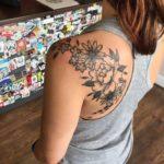 tatuaje de flores en el hombro para mujer