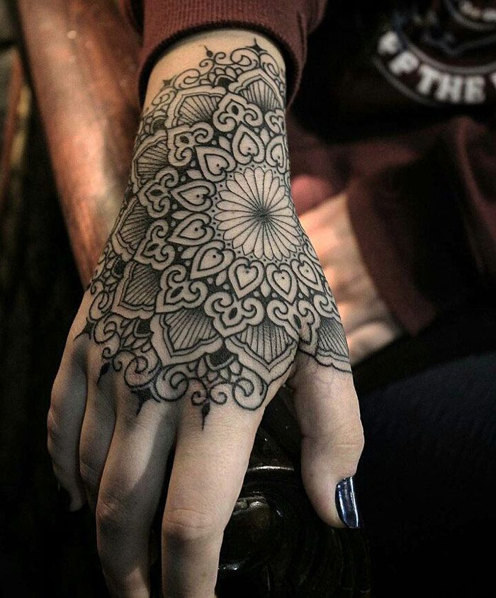 tatuaje de mandala en la mano