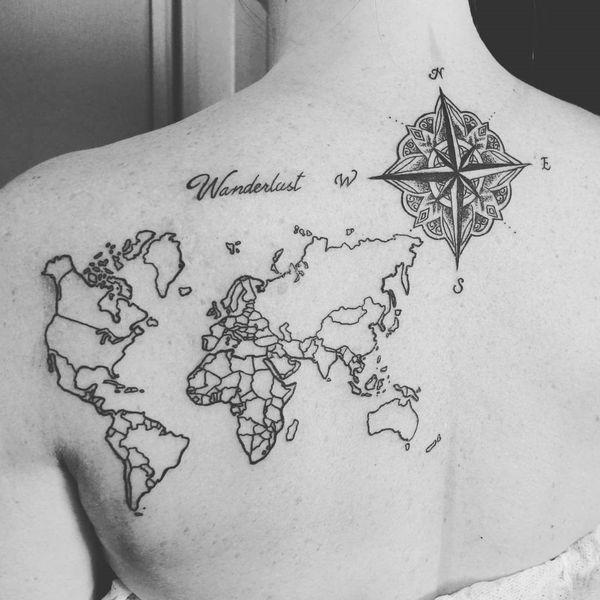 tatuaje de mapa nautico en la espalda