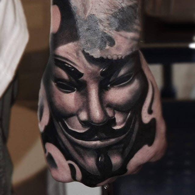 tatuaje de mascara en el dorso de la mano