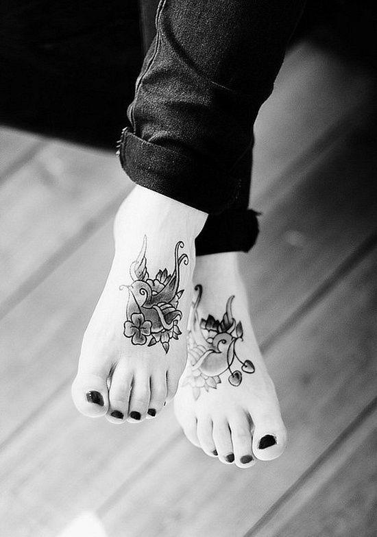 tatuaje de rosa en el pie para mujer