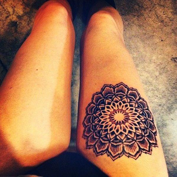 tatuaje en el muslo de mandala