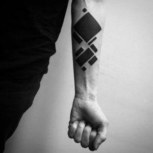 tatuaje geometrico antebrazo