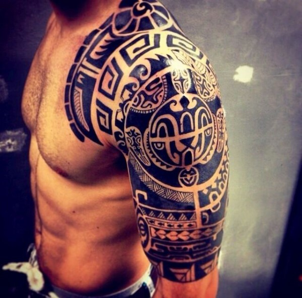 tatuaje maori en el hombro y brazo