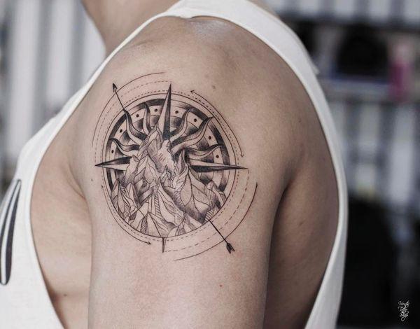 tatuaje para hombres de brujula en el hombro