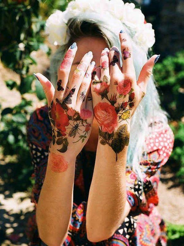 tatuajes de flores en las manos mujer