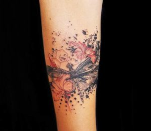 libelula flores y salpicaduras