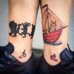 tatuaje combinado en los tobillos