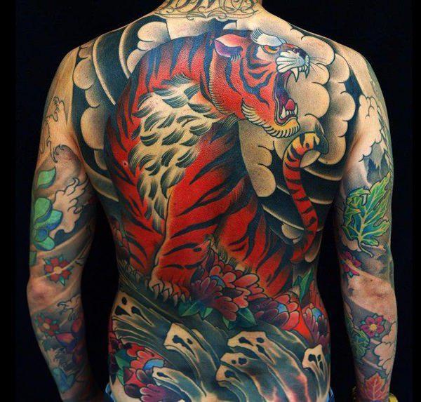 tatuaje oriental en la espalda
