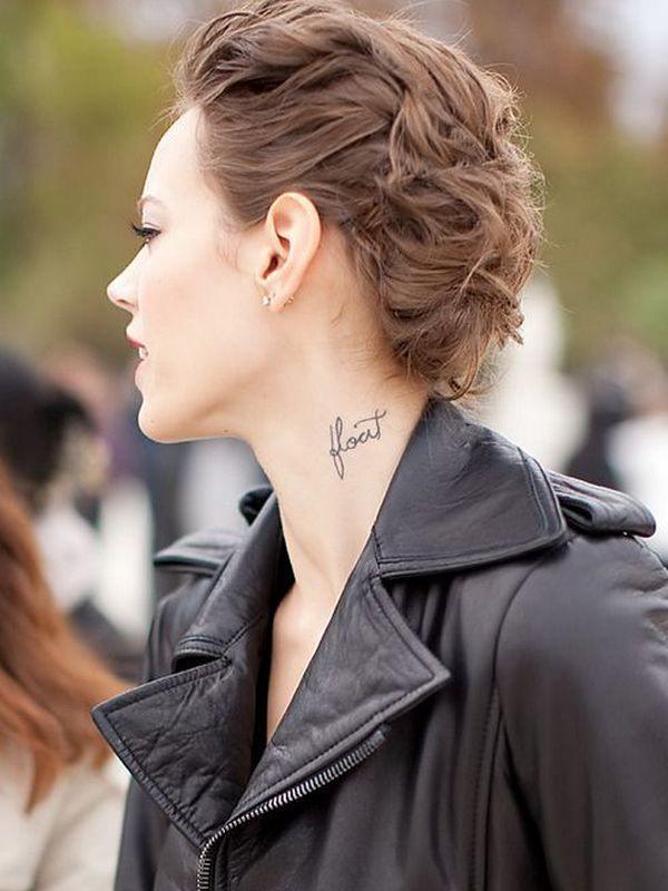 nombre en el cuello mujer